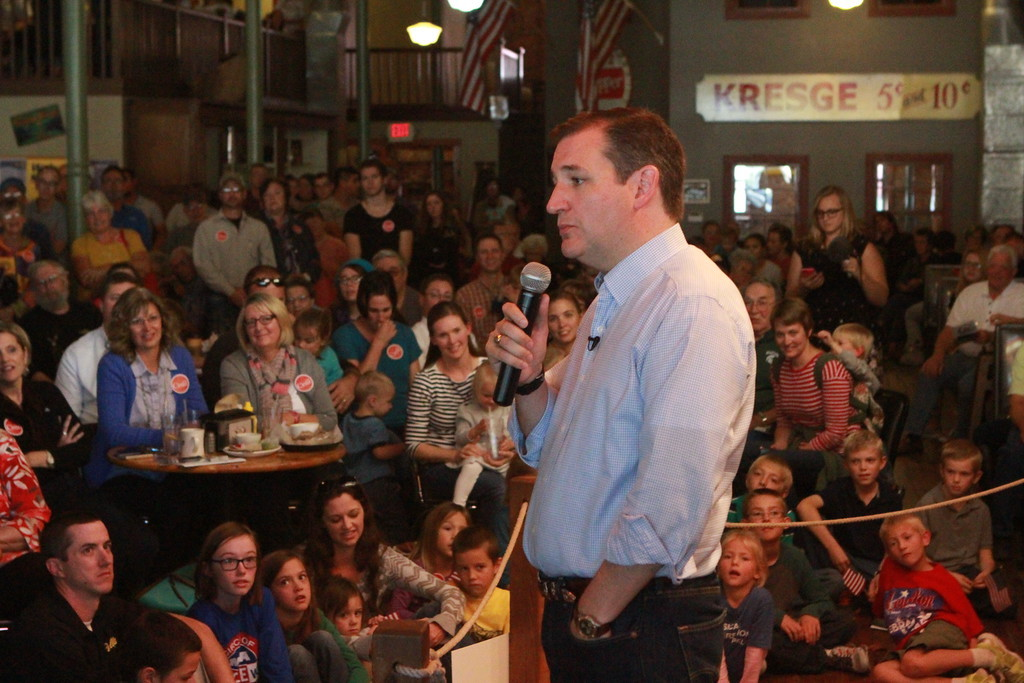 U.S. Senator Ted Cruz (R-TX) makes a stop at the Smokey Row in Oskaloosa on 10/14/15. Photo credit: Dave Davidson (Prezography.com)